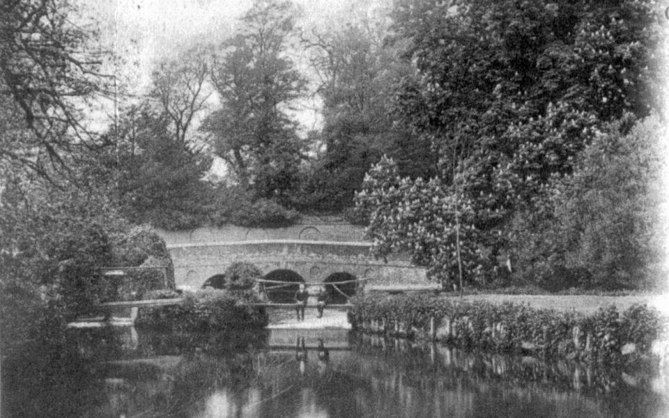 Mitcham Bridge. Undated postcard.